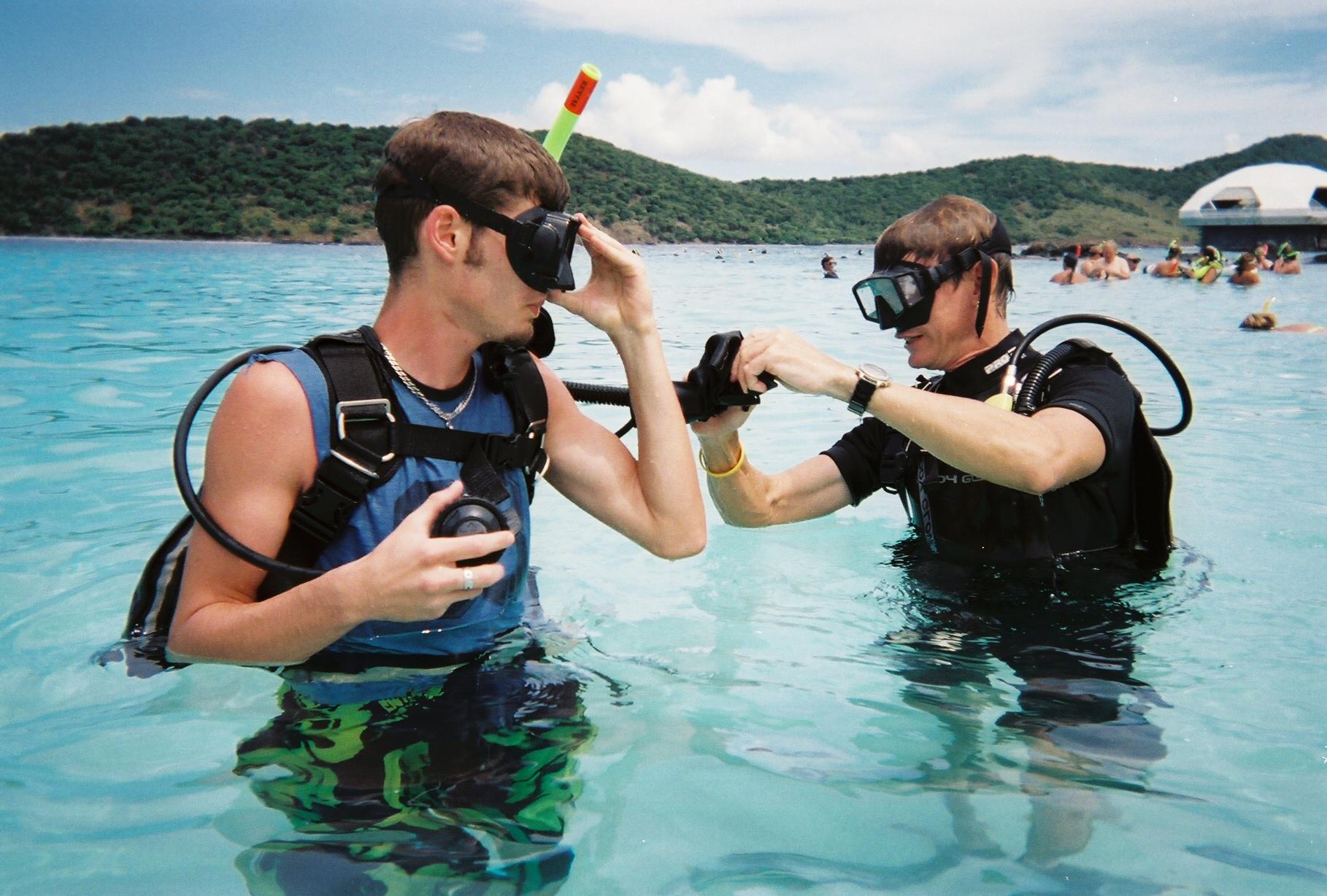 Sportdykare gör sig redo för ett dyk.